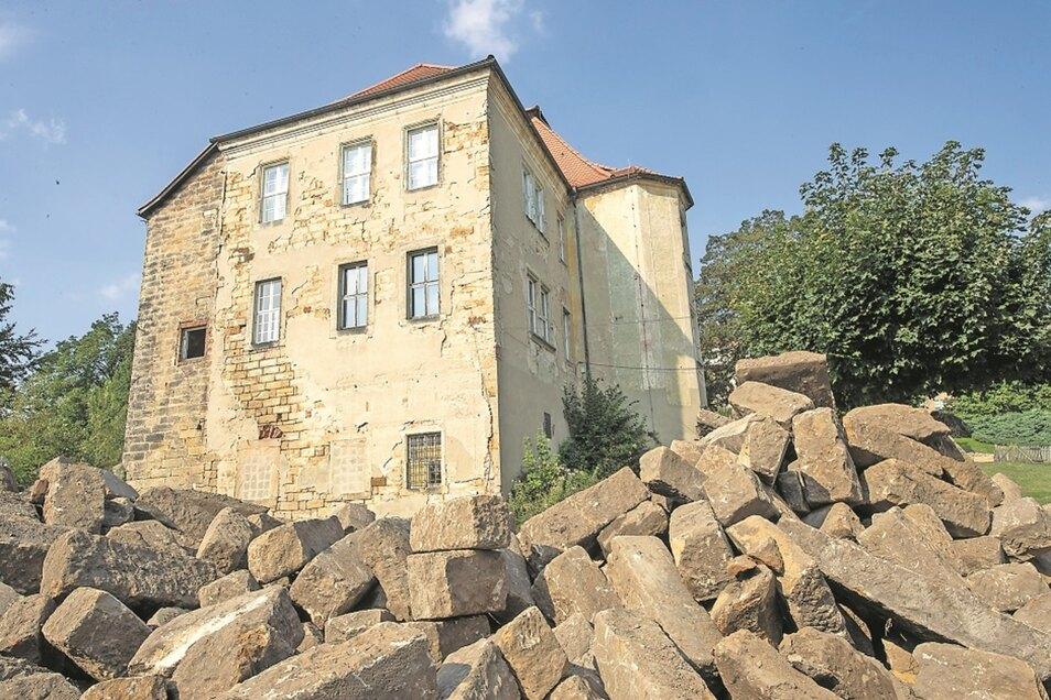 Die marode Fassade des Struppener Schlosses soll saniert werden.