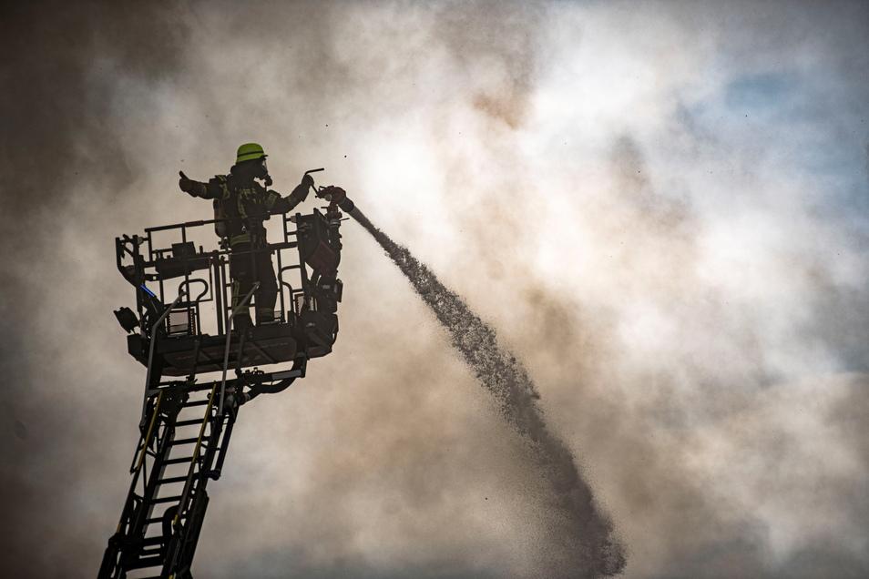 Mit schwierigen Bedingungen hatten die Feuerwehrleute beim Großbrand in Laußnitz zu kämpfen.