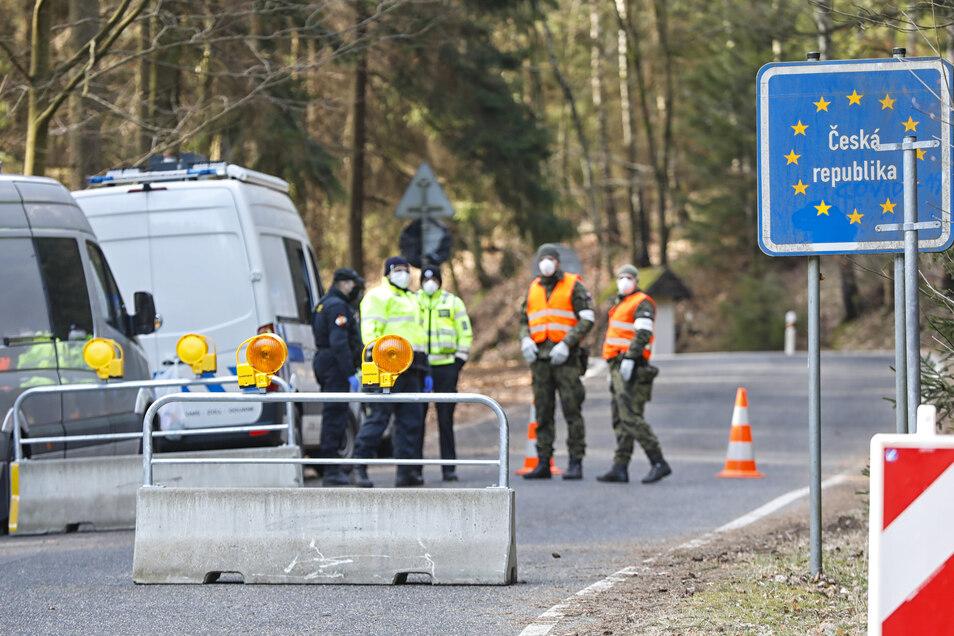 Die Grenze nach Tschechien ist nun auch für Berufspendler dicht - auch wie hier in Lückendorf. Nur Mediziner dürfen noch die Grenze passieren.