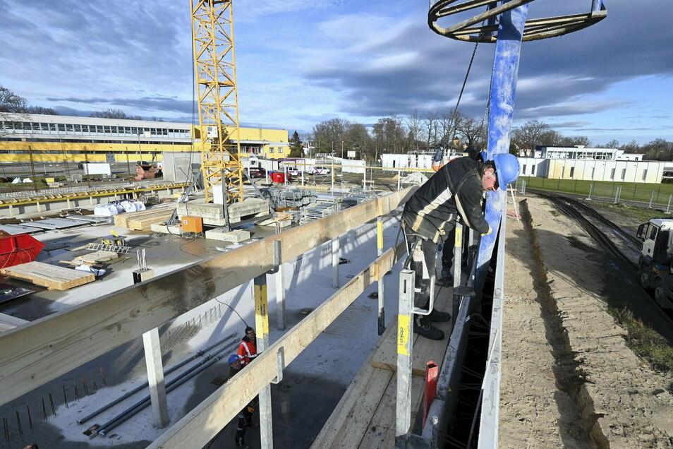 Auf der Gröditzer Sporthallen-Baustelle am Eichenhain gehen die Arbeiten voran. Die Umsetzung der Baupläne wird das gesamte Jahr in Anspruch nehmen – und 2022 andauern.