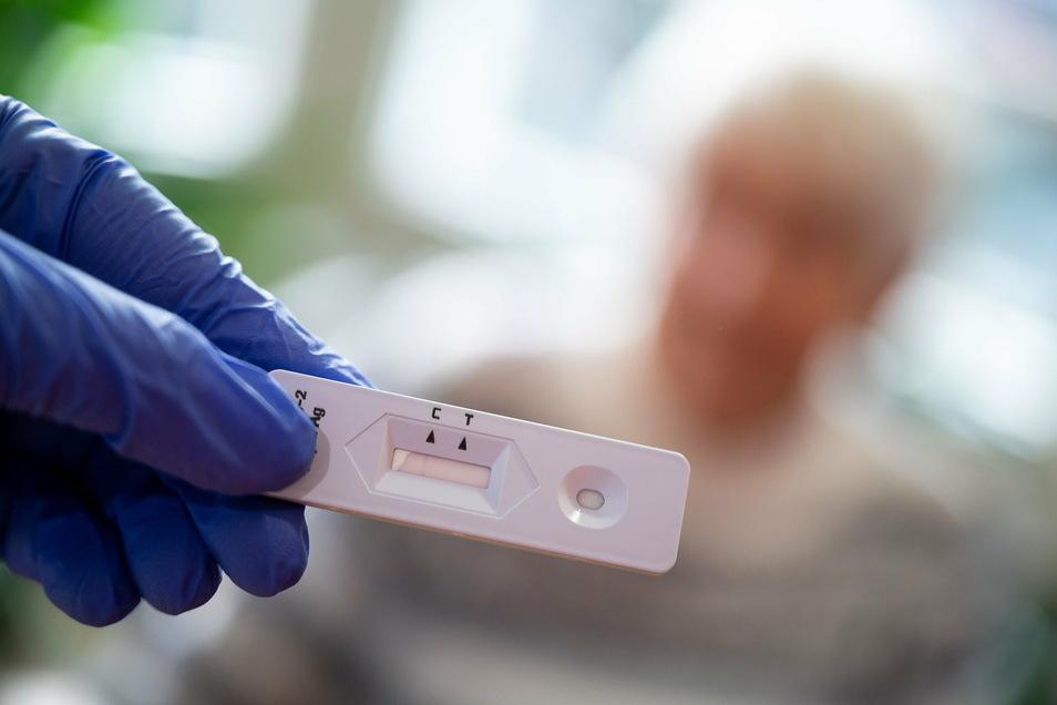 In vielen Pflegeeinrichtungen im Landkreis Görlitz wurden zuletzt zahlreiche Bewohner positiv auf das Coronavirus getestet - auch in Ostritz.