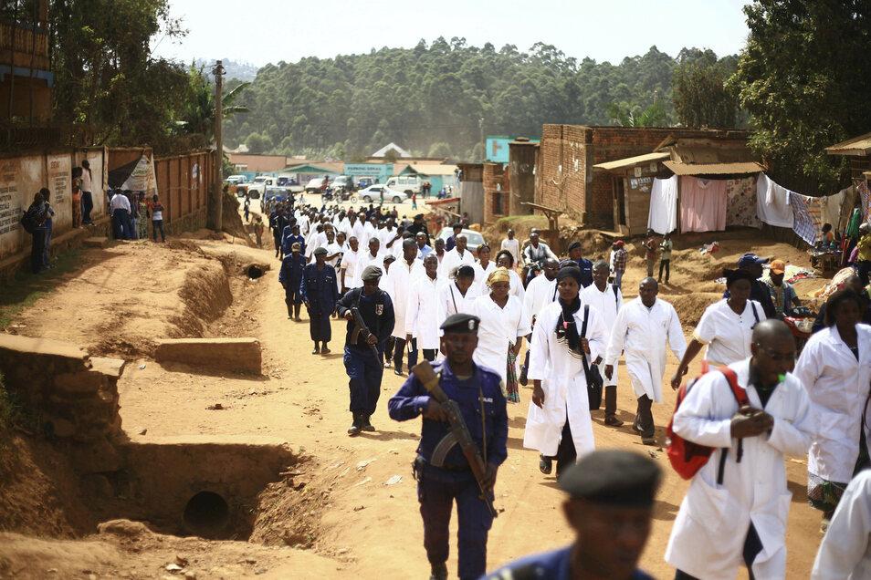 Ärzte und Gesundheitspersonal werden von Soldaten begleitet. Ein Angreifer hatte letzte Woche einen Mitarbeiter der Weltgesundheitsorganisation (WHO) erschossen.