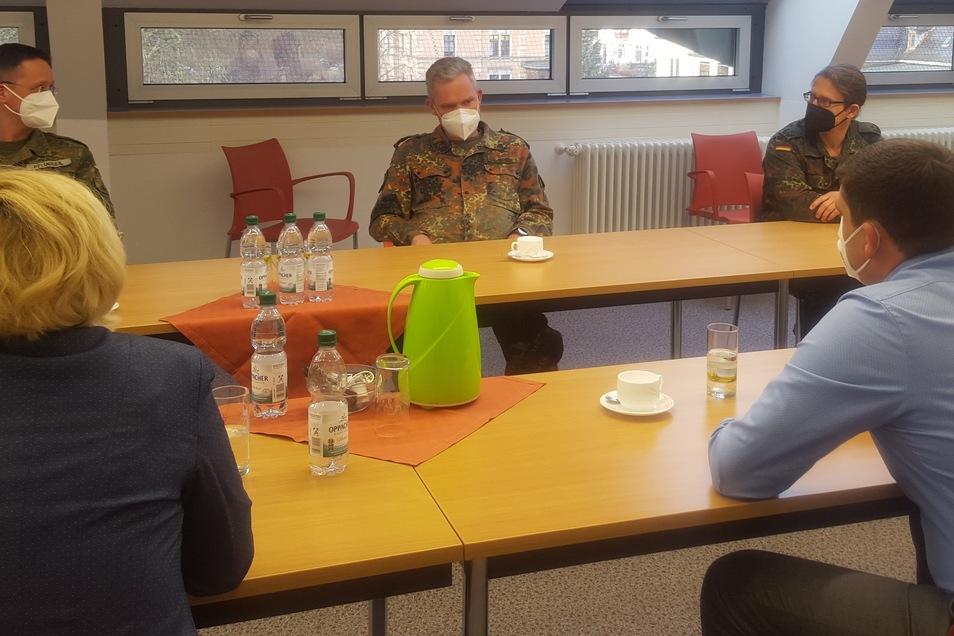 Generalarzt Dr. Most (Mitte) mit Vertretern des Kreisverbindungskommandos Görlitz und dem Leiter Führungsstelle Görlitz im Gespräch mit Geschäftsführer Steffen Thiele (rechts) und Pflegedirektorin Andrea Zelyk (links).