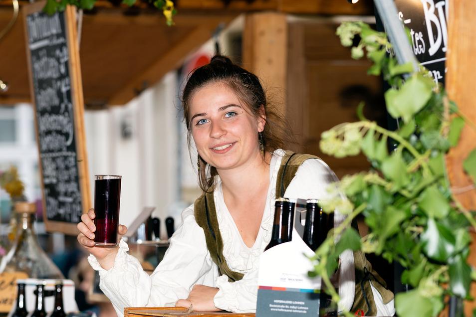 Bei den Händlern auf dem Markt steht Regionalität im Vordergrund. Johanna Heinzelmann am Weinstand von Hofkultur Lohmen.