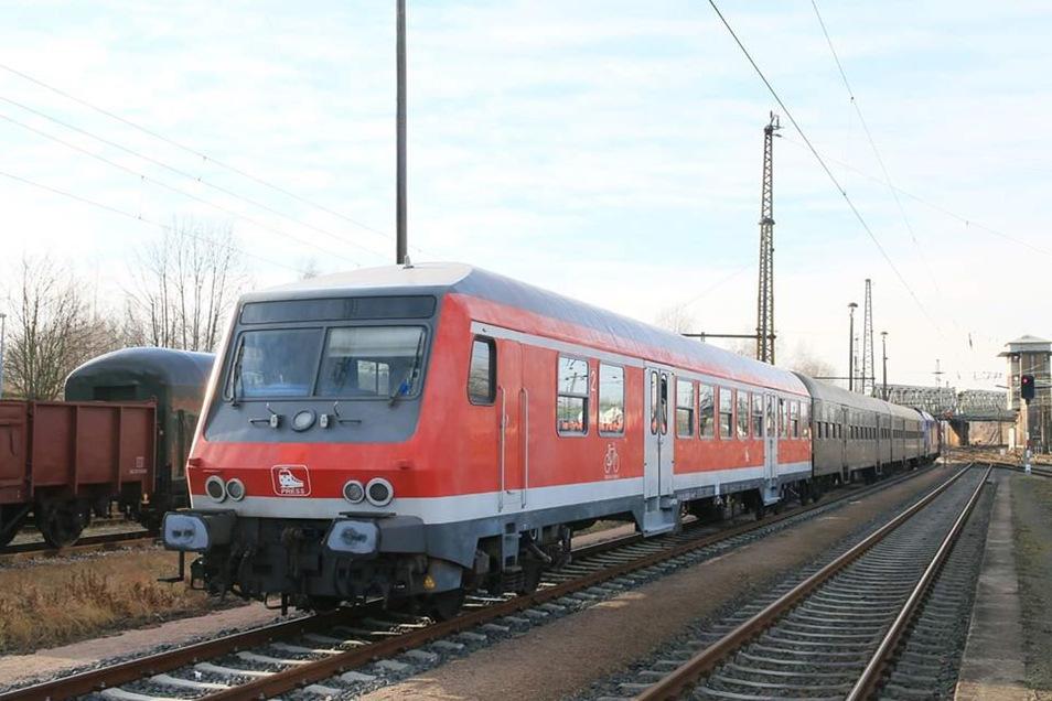 Ein Steuerwagen, zwei Waggons für die Fahrgäste und eine Lok: Ein solcher Zug verkehrt ab Donnerstag zwischen Kamenz, Radeberg und Dresden.