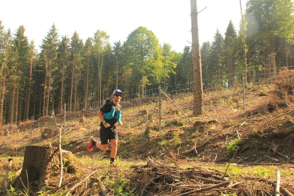 Extremläufer Stefan Utke aus Dresden hatte sich den Forststeig im Sommer 2020 vorgenommen - und ebenfalls an nur einem Tag abgelaufen.