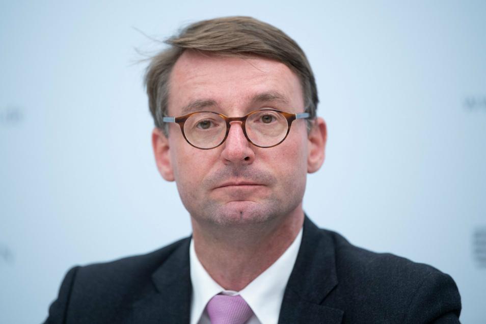Roland Wöller (CDU), Innenminister von Sachsen, nimmt im Innenministerium an einer Pressekonferenz teil. Anlass sind die Ausschreitungen und das Einsatzgeschehen in Leipzig.