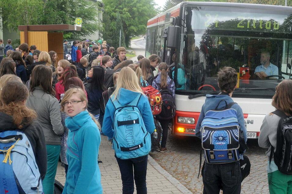 So viele Schüler, die so wie hier auf dem Archivbild mit dem Bus fahren wollen, gibt es derzeit nicht. Aber die Schulbuslinien bleiben vorerst aktiv.