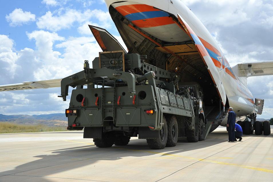 Teile des Raketenabwehrsystems S-400 aus Russland werden auf Luftwaffenstützpunkt Mürted aus einer russischen Antonow entladen.