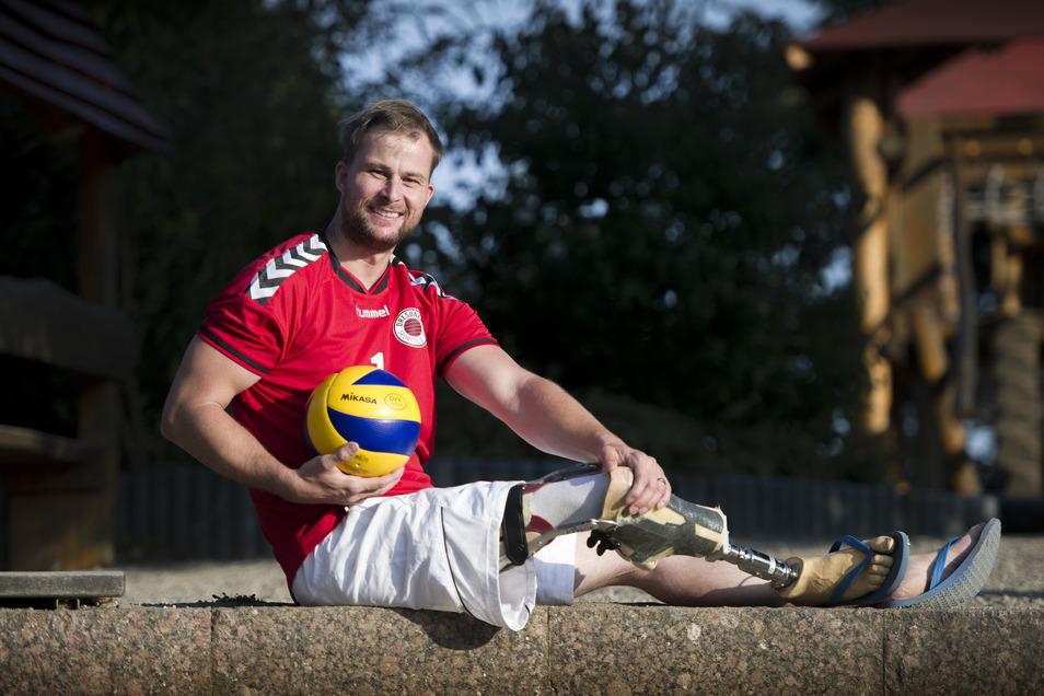 Wenn Alexander Schiffler auf dem Spielfeld ist, legt er seine Prothese ab, denn Beine stören nur beim Sitzvolleyball.