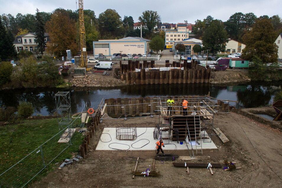 Mit den Fundamenten hatte vor zwei Jahren alles begonnen. Die Brücke steht auf Bohrpfählen, die bis zu 18 Meter tief in den Untergrund reichen.