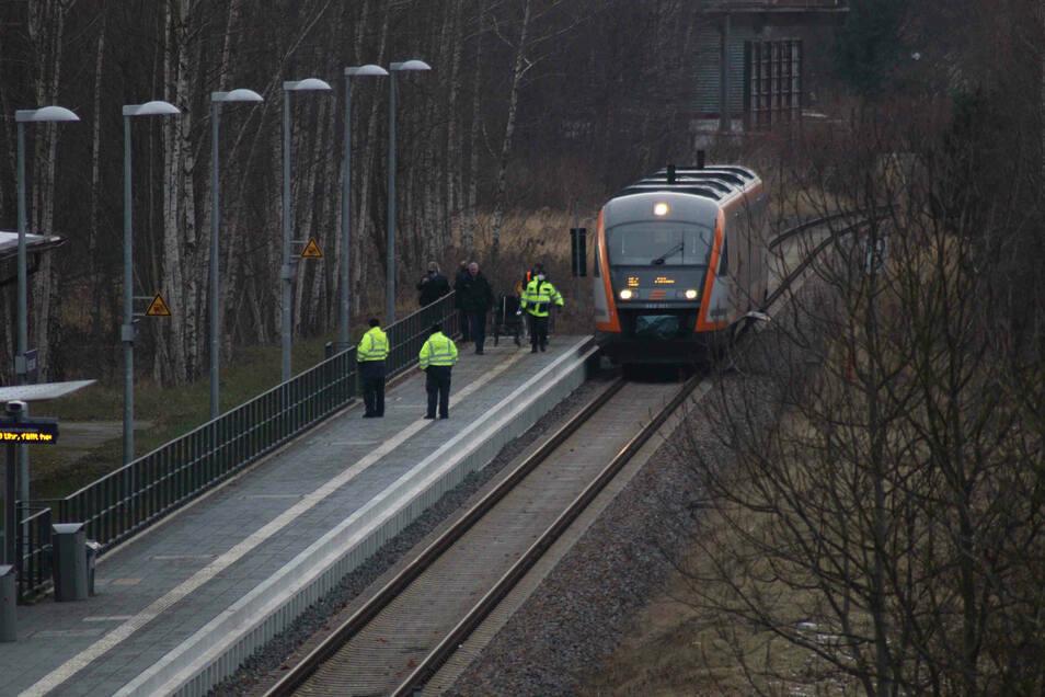 Am Anfang des Bahnsteigs in Neugersdorf hat der Mann im Gleis gelegen, der Zug überrollte ihn trotz Gefahrenbremsung. Sein Rollstuhl stand noch auf dem Bahnsteig.