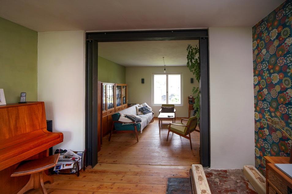 Auf insgesamt 46 Quadratmetern haben Wohnzimmer, Esstisch und Küche Platz. Rechterhand wird demnächst der originale Ofen wieder aufgebaut werden.