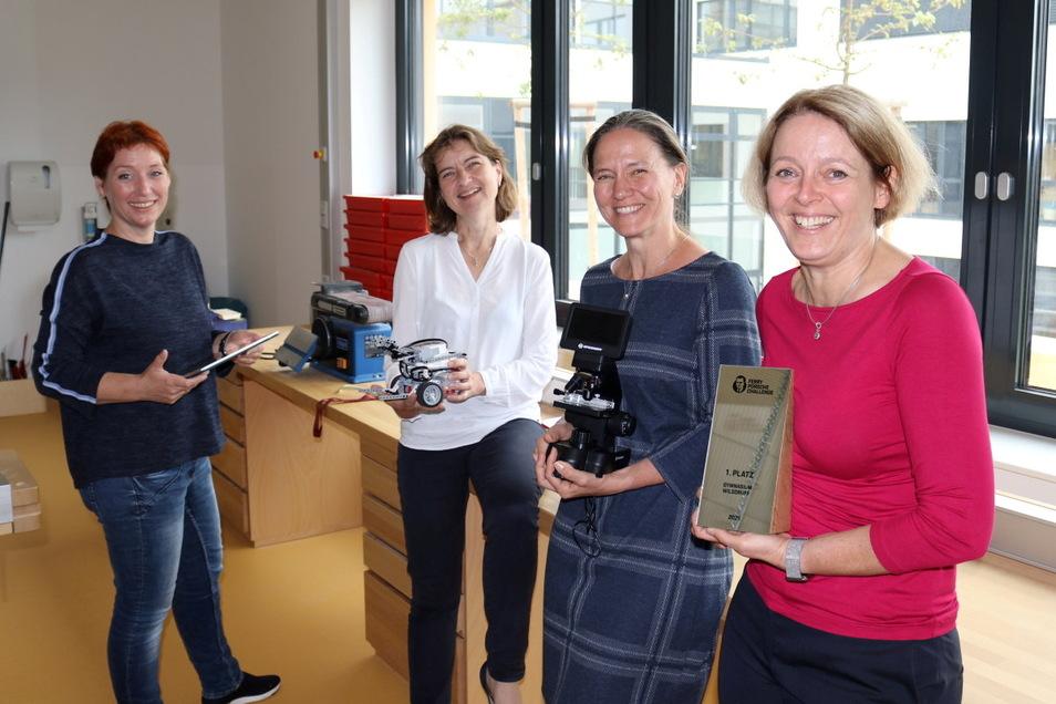 Ganz im Glück: Kathy Horlacher, Ulrike Nawroth, Cornelia Fischer und Schulleiterin Katja Laetsch (von links) freuen sich, dass ihre Schule, die Ferry Porsche Challenge gewonnen hat.