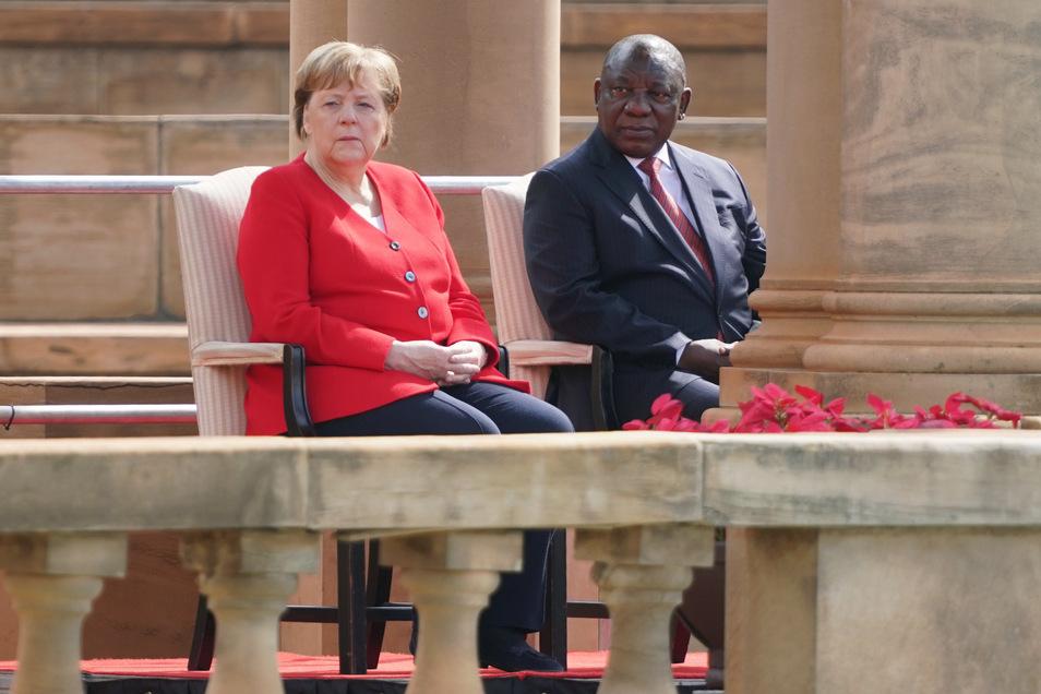 Bundeskanzlerin Angela Merkel (CDU) wird mit militärischen Ehren von Matamala Cyril Ramaphosa, Präsident von Südafrika, vor dem Präsidentenpalast empfangen.