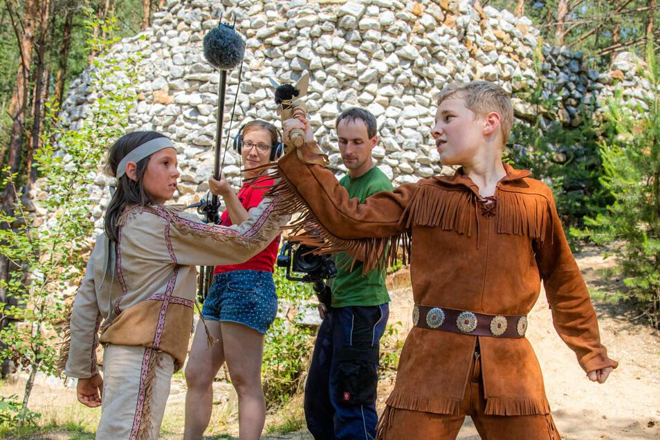 Konrad Simon als Indianer und Benjamin Boden als Old Shatterhand standen am vergangenen Wochenende auf der Waldbühne vor der Kamera. Peter Stutzner (Kamera) und Maria Bischof (Ton) zeichneten die Szene auf.