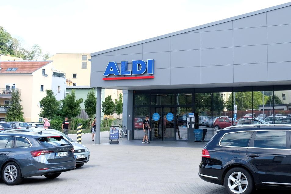 Die Discounter-Kette Aldi, hier die Filiale am Meißner Neumarkt, erhält die Maskenpflicht auch unter einer Zehner-Inzidenz weiter aufrecht. Vielleicht nicht zu Unrecht. Bald könnte der Kreis Meißen wieder in diesem Bereich liegen.