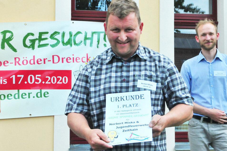 Norbert Miska von der Jugendfeuerwehr Zeithain gewann den ersten Preis in der Kategorie Umwelt. Dahinter im Foto: Regionalmanager und Wettbewerbsorganisator Falko Haak vom Elbe-Röder-Dreieck.