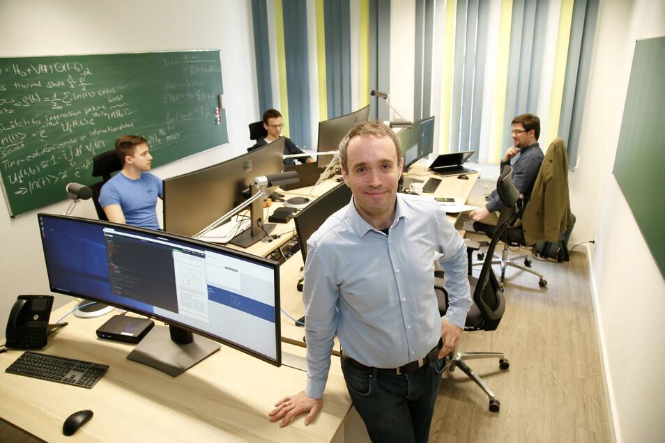Gründungsbeauftragter Michael Bussmann (vorn) und die Forscher Maximilian Böhme, Tobias Dornheim und Jan Stephan (hinten, v.l.) arbeiten mit weiteren Kollegen bei Casus am Untermarkt in Görlitz.