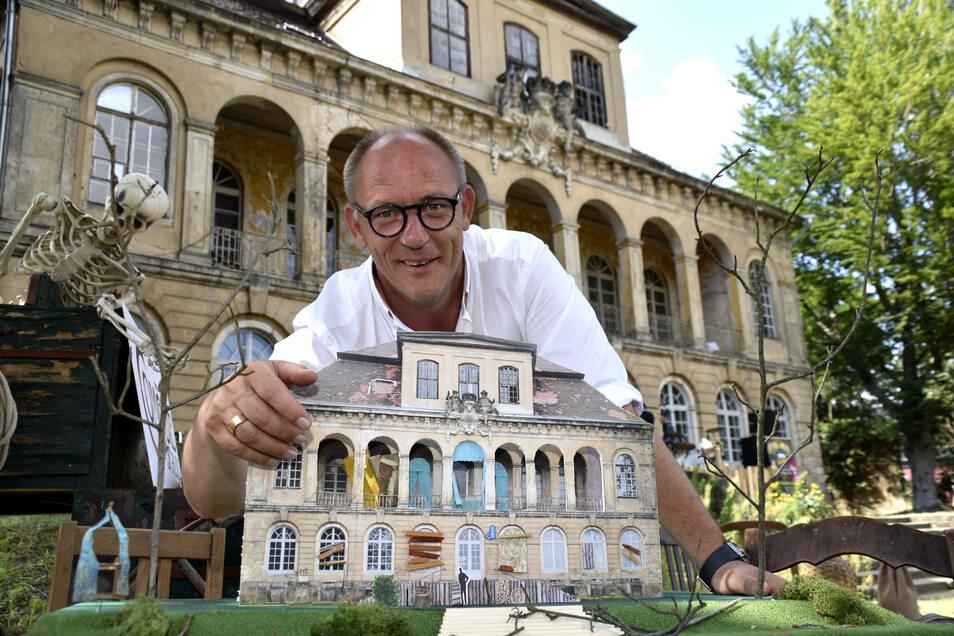 """Comödie-Geschäftsführer Olaf Maatz zeigt, wie das Schloss Übigau für """"Das Wirtshaus im Spessart"""" verändert wird. Da das Schloss zum Teil verfallen ist, muss gar nicht so viel gemacht werden."""