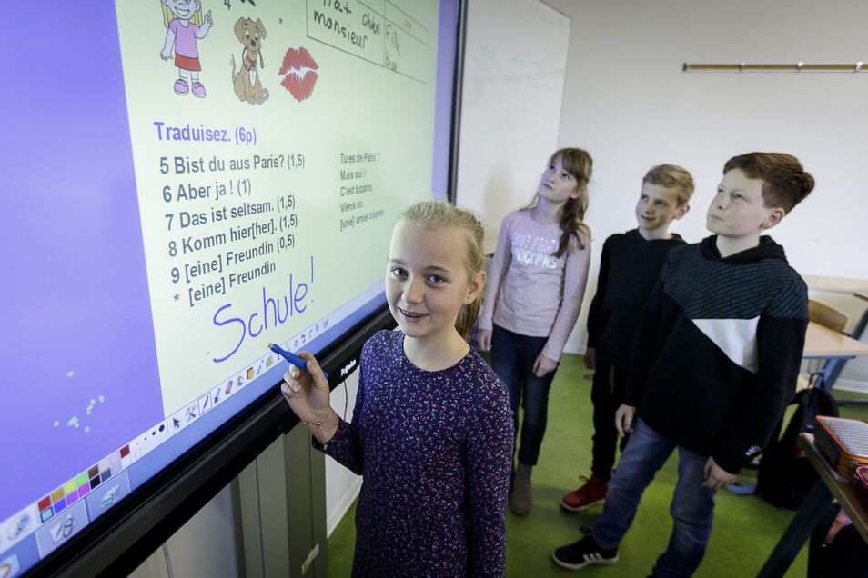 Lena, Charlotte, Linus und Florian besuchen die 6. Klasse des Curie-Gymnasiums. Französisch-Unterricht haben sie mit einer Tafel, die funktioniert wie ein riesiges Tablet.