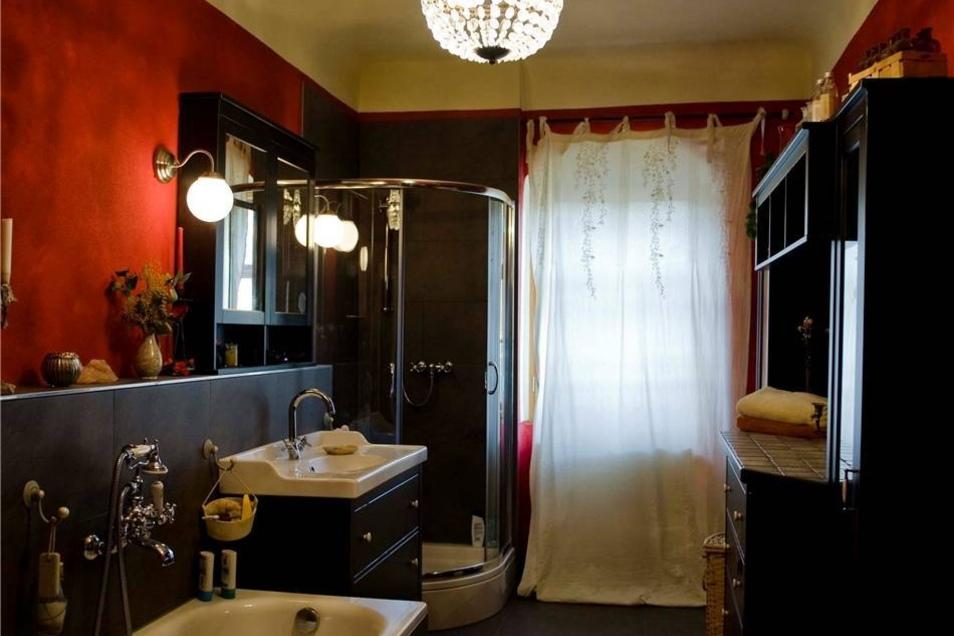 Kontrast zum Mittelalterdunkel: Das Badezimmer glänzt mit Echtglaslüster.