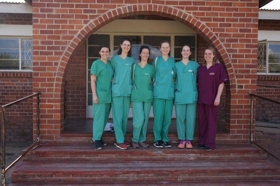 Charlotte Knobloch (3. v. li.) macht ein Medizinpraktikum in Simbabwe.