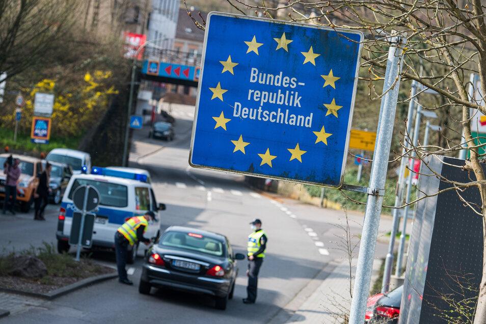 Beamte der Bundespolizei kontrollieren ein französisches Fahrzeug, dass vom französischen Petite-Rossell ins saarländischen Grossrosseln fahren will. Nur wer nachweisen kann, dass er in Deutschland arbeitet, darf passieren.
