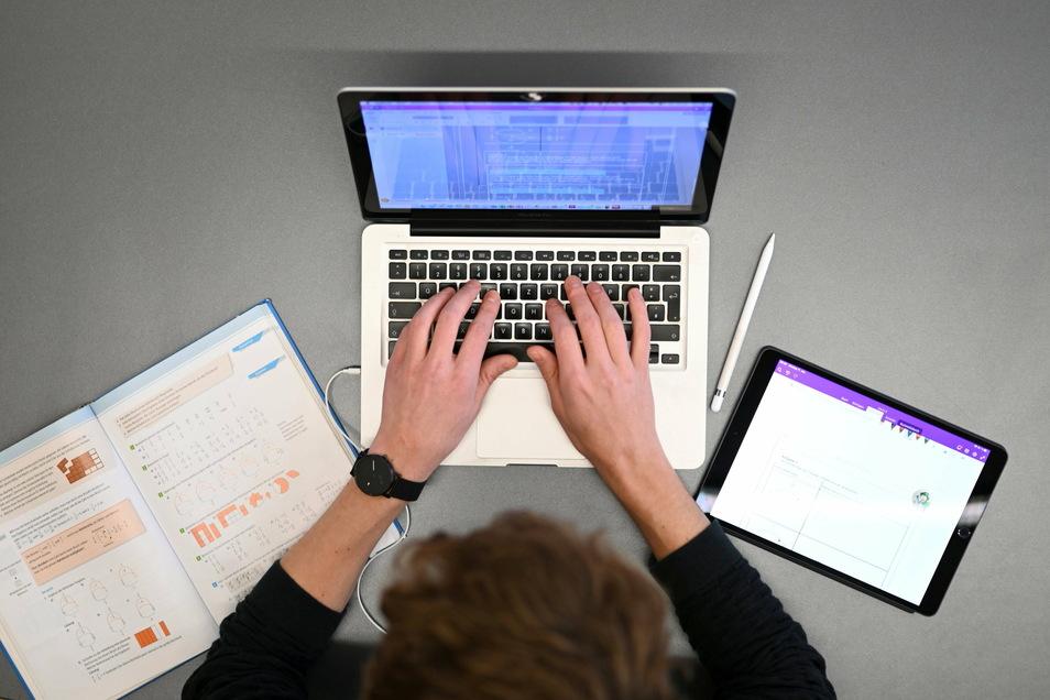 Aufwendungen für Arbeitsmittel, wie z.B. Computer, können weiterhin zusätzlich zu der Homeoffice-Pauschale abgesetzt werden.
