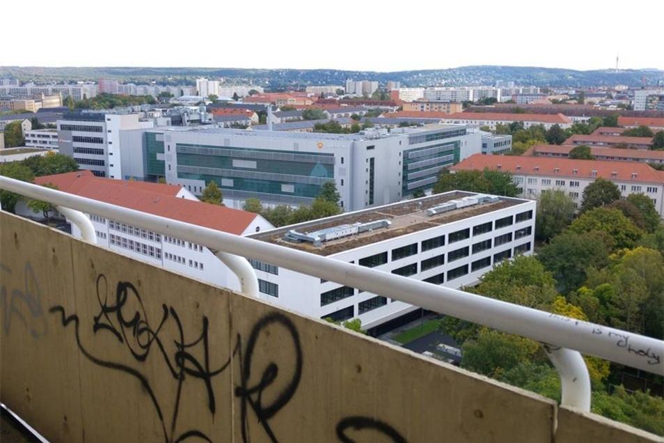 Manche Balkone bieten immerhin einen Ausblick auf die Stadt.