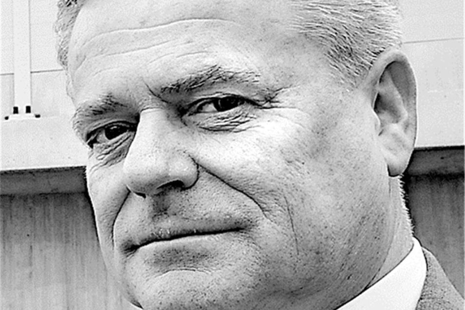 Coswigs OB Frank Neupold: Ich bin genauso über die Nachricht verärgert, dass weitere Polizisten nach Dresden abgezogen werden, wie mein Kollege in Radebeul. Noch gut in Erinnerung habe ich, wie uns sogar vom Innenminister Sachsens und vom Polizeichef vers