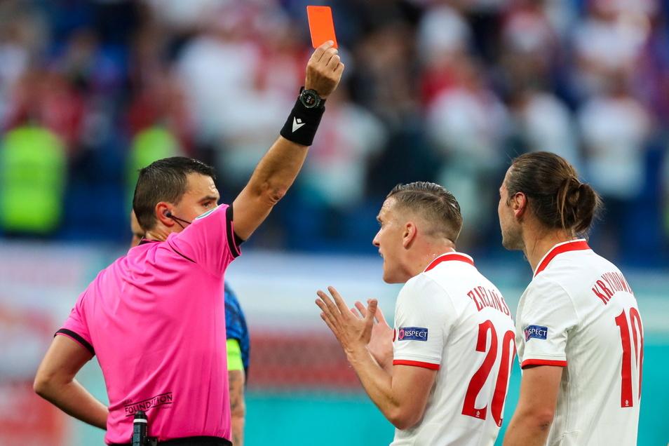 Schiedsrichter Ovidiu Hategan zeigt Polens Grzegorz Krychowiak (r.) Gelb-Rot. In Unterzahl verliert Polen dem EM-Auftakt gegen die Slowakei 1:2.