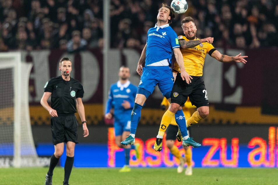 Im Februar spielte Dynamo noch in der zweiten Liga und Yannick Stark (l./im Kopfballduell mit Patrick Ebert) noch für Dynamo. Im Pokalspiel am Dienstag wird er Schwarz-Gelb tragen.