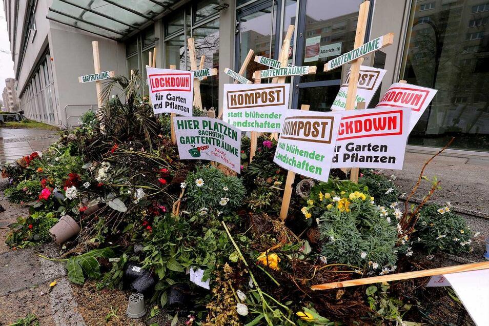 Demonstranten haben am Sonntag Blumen und Erde vor das Sozialministerium in Dresden gekippt.