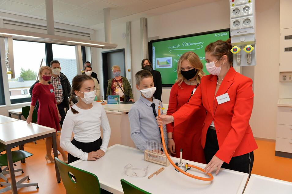Lehrerin Ivonne Telzerow macht den jüngeren Schülern im Chemiekabinett Lust auf das Fach.