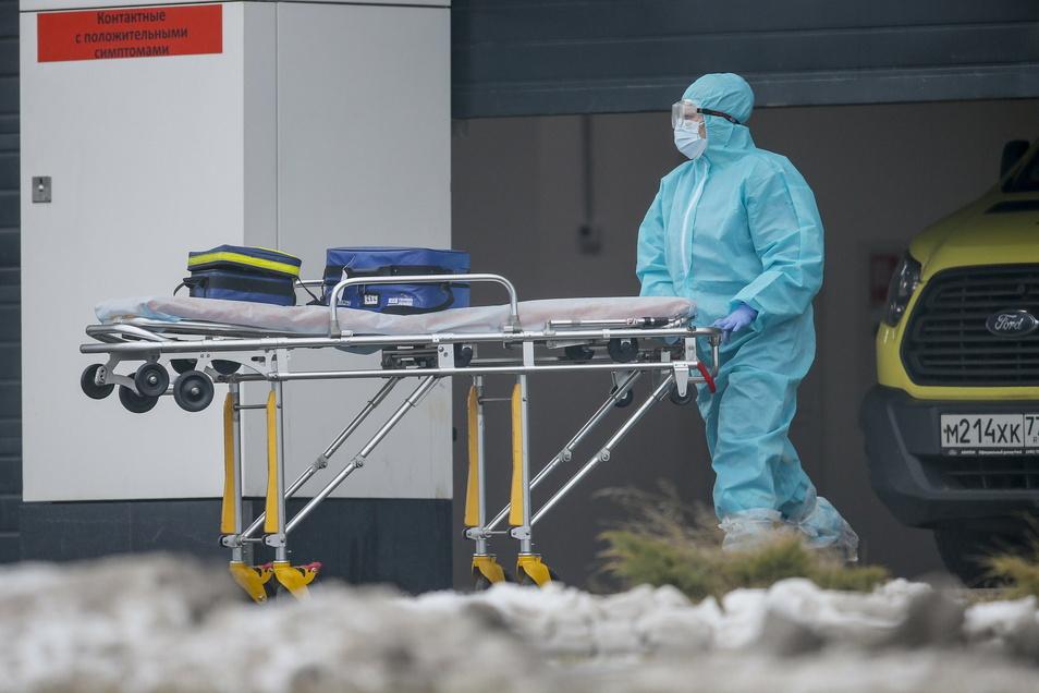 Ein Klinikmitarbeiter vor einem Krankenhaus in Kommunarka bei Moskau: Am Mittwoch meldete Russland 25.345 neue Coronafälle und mit 589 Toten einen neuen Tageshöchstwert.