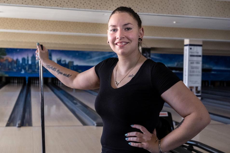Putzt die Bowlingbahn: Vivien Schulz, Mitarbeiterin im City Bowling im City Center in Görlitz. Freitag sollen hier die Kugeln rollen.