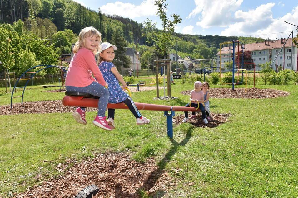 Die Kinder des Schlottwitzer Kindergartens Arche Noah kommen gern auf den Spielplatz der Wohnungsgenossenschaft Müglitztal. Der wurde neugestaltet.