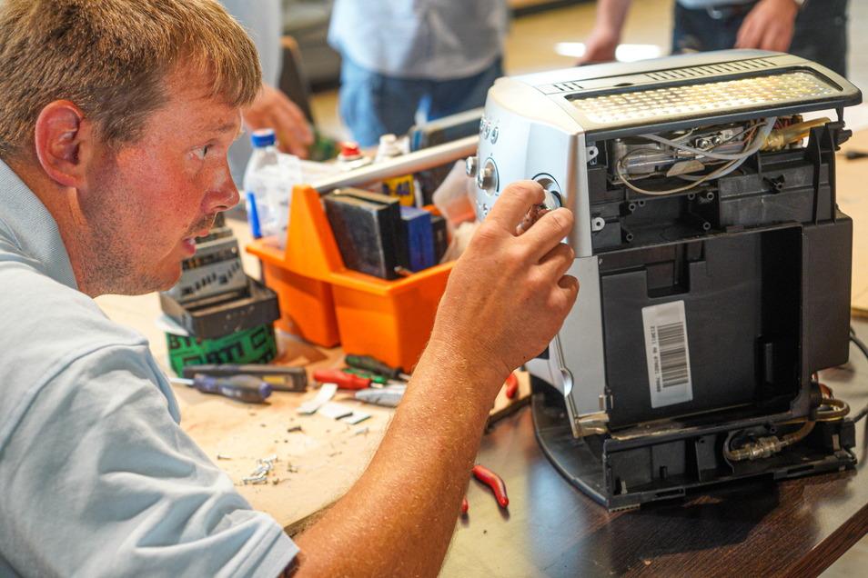 Denis Schieback gehört zum Bautzener Ganzmacher-Verein. Die Reparatur eines Kaffeeautomaten erforderte viel Kreativität von ihm.