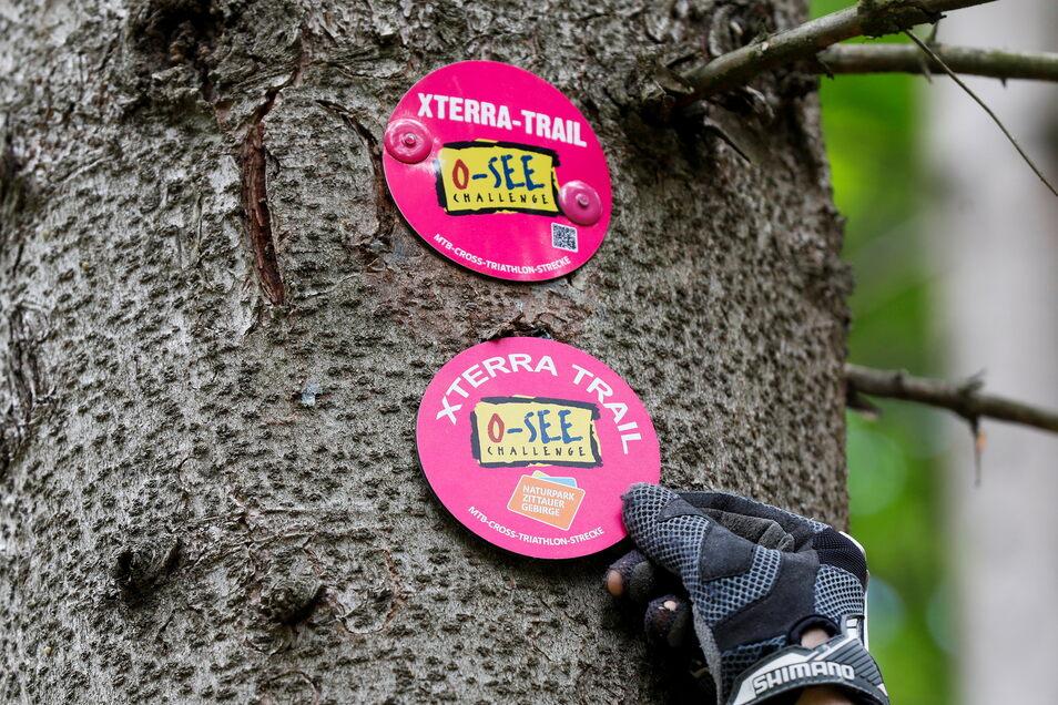 Finde den Unterschied: Die neuen Plaketten für die Ausschilderung der großen X-Terra-Mountainbike-Strecke zeigen künftig auch das Naturpark-Logo.