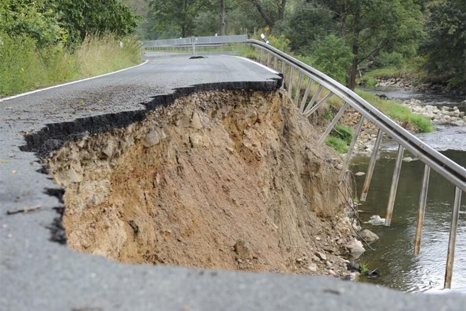 Die Kreisstraße zwischen Grunau und Etzdorf hatte es beim Junihochwasser 2013 unterspült. Teilweise brach sie ab.