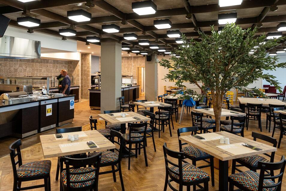 Der Speisesaal ist nach dem Fall einer Trennwand größer und hat jetzt einen geräumigen Buffetbereich.