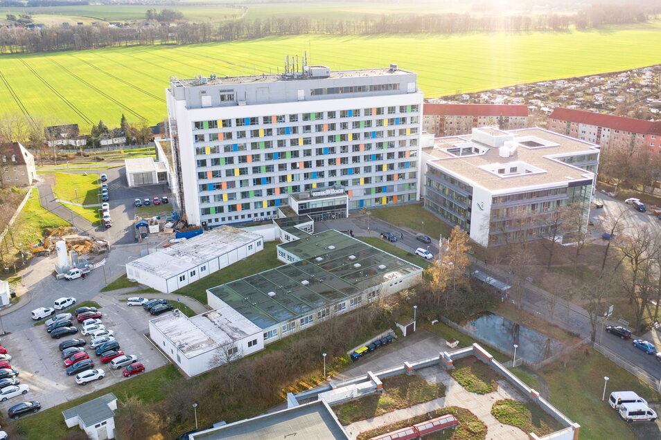Ein Blick aus der Luft auf Riesas Krankenhaus. Auf dem baumbestandenen Areal gleich links hinter dem Hochhaus soll die neue Rettungswache entstehen.
