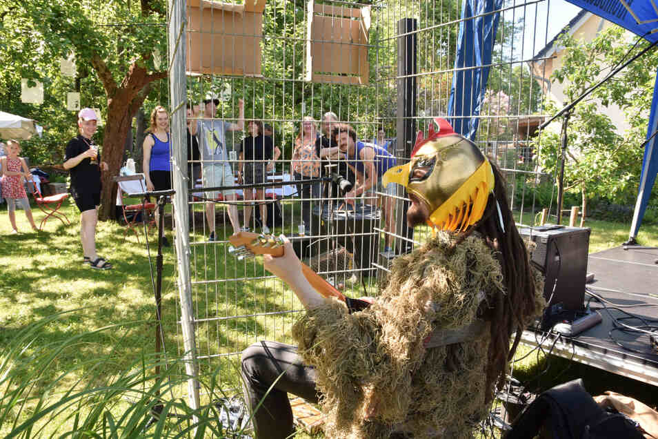 An der Kummelmühle gab es viel Live-Musik im Grünen vor allem von aus der Region stammenden Musikern. Hinter der Maske des Huhnmannes verbirgt sich beispielsweise ein mittlerweile in Dresden lebender Hoyerswerdaer.