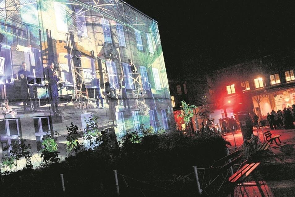 So sah es am Wochenende in der Telux Weißwasser aus, als die Licht-Klang-Installation von Aron Kitzig öffentlich gezeigt wurde. Dann wandelten sich die Fassaden von drei einstigen Glasproduktionshallen zu riesigen Projektionsflächen und der Innenhof zu