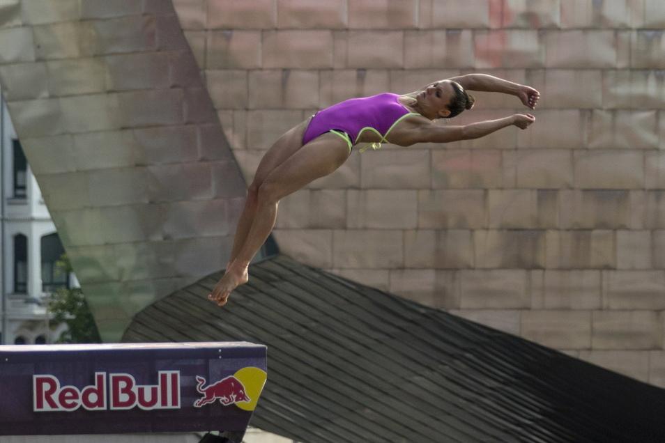 Neben Athletik und Kraft erfordert das Abheben aus 21 Metern Höhe auch viel Mut. Iris Schmidbauer ist Deutschlands beste Klippenspringerin.