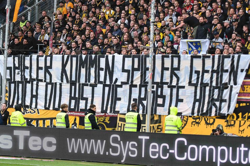 Nach dem Wechsel-Theater beleidigten Dynamo-Fans den Torwart beim Auswärtsspiel in Ingolstadt im April 2019mit diesem Transparent.