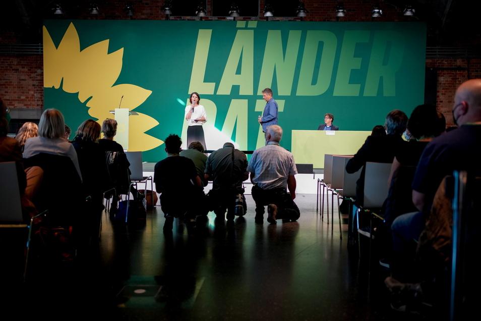 Annalena Baerbock, Bundesvorsitzende von Bündnis 90/Die Grünen, und Robert Habeck, Bundesvorsitzender von Bündnis 90/Die Grünen, sprechen beim Länderrat ihrer Partei zu den Delegierten.
