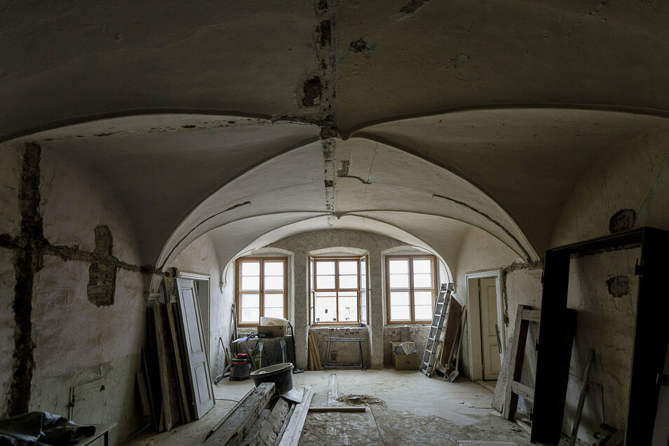 Dieser große Raum im ersten Stock wird vermutlich zur Bibliothek. Wo vorher – nach einem Umbau – zwei große Fenster waren, sind jetzt wieder drei kleinere.