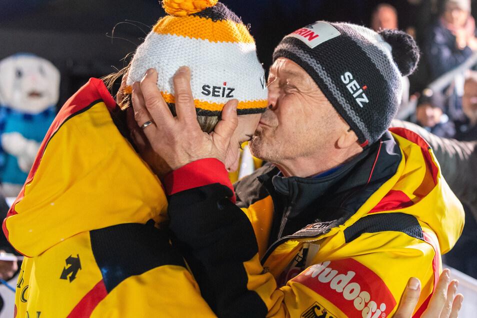 Es ist geschafft. Kim Kalicki hat fast schon sensationell die WM-Silbermedaille gewonnen, und auch der Altenberger Stützpunkt mit Cheftrainer Gerd Leopold hat daran Anteil.